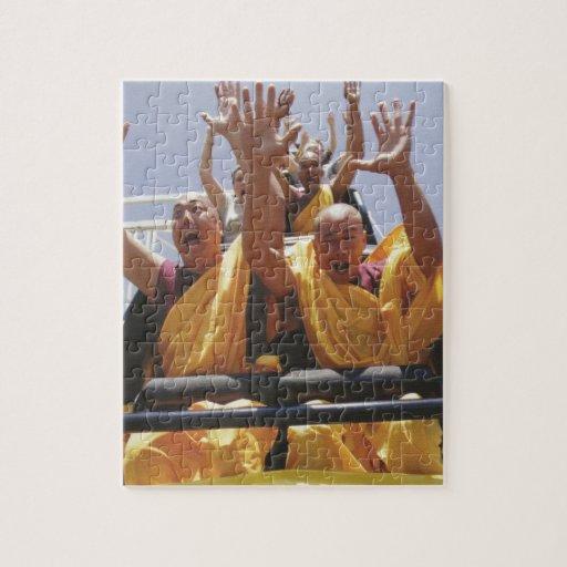 Monjes budistas felices en una montaña rusa rompecabeza