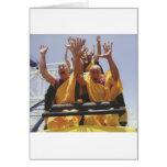 Monjes budistas felices en una montaña rusa tarjeton