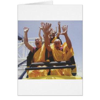 Monjes budistas felices en una montaña rusa tarjeta de felicitación
