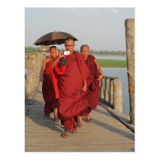 Monjes en el puente de U-Bein, Mandalay Tarjeta Postal