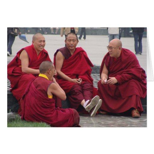 Monjes que charlan en un parque en China Tarjeta Pequeña