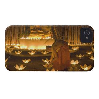 Monjes que encienden velas y las linternas loy del iPhone 4 fundas