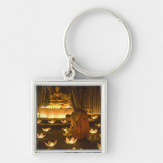 Monjes que encienden velas y las linternas loy del llaveros personalizados