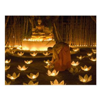 Monjes que encienden velas y las linternas loy del tarjetas postales