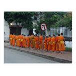 Monjes que recogen limosnas en Luang Prabang, Laos Postales