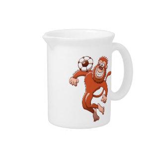 Monkey atrapar un balón de fútbol con su pecho