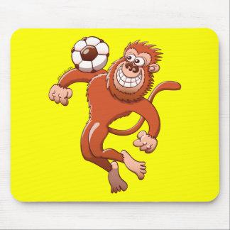 Monkey atrapar un balón de fútbol con su pecho mouse pad