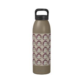 Monkeying alrededor la botella de agua