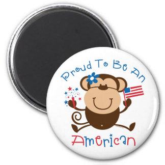 Mono americano orgulloso del chica iman de nevera