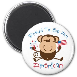 Mono americano orgulloso del muchacho iman