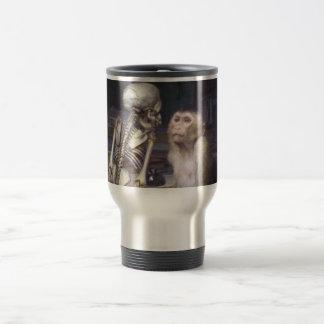 Mono antes del esqueleto tazas de café