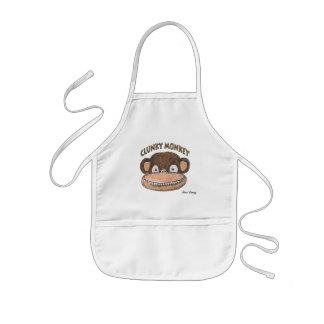 Mono anticuado que cocina el delantal