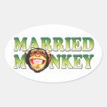 Mono casado calcomania óval