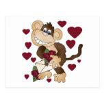 Mono con las camisetas y los regalos de los rosas  postal