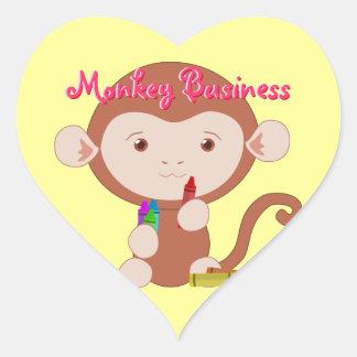 Mono con los pegatinas del corazón de los creyones pegatina en forma de corazón