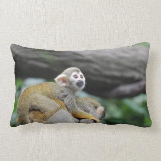 Mono de ardilla adorable del bebé cojín
