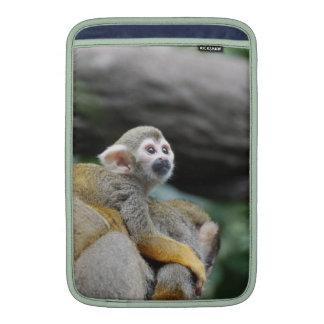 Mono de ardilla adorable del bebé funda  MacBook
