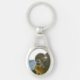 Mono de ardilla Snacking Llavero Plateado Ovalado