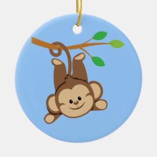 Mono de balanceo del muchacho adorno navideño redondo de cerámica