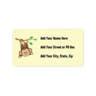 Mono de balanceo del muchacho etiquetas de dirección
