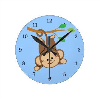 Mono de balanceo del muchacho reloj redondo mediano