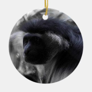 Mono de Colobus blanco y negro angolano Adorno Navideño Redondo De Cerámica