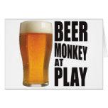 Mono de la cerveza tarjetón