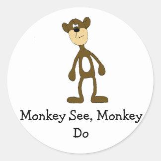 Mono de la cuadrilla del dibujo animado pegatina redonda