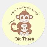 Mono de la yoga de la meditación pegatina redonda