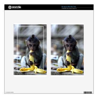 Mono de macaque lindo del bebé que come el plátano kindle fire pegatinas skins