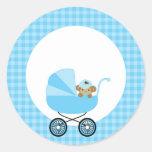 Mono del bebé en un carro azul pegatinas redondas