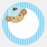 Mono del bebé en una gorra de béisbol azul pegatina redonda