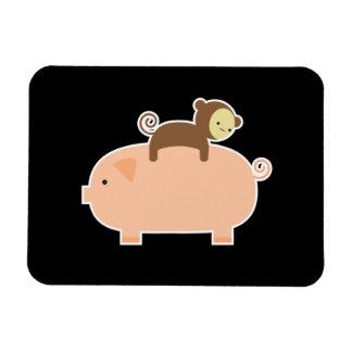 Mono del bebé que monta al revés en un cerdo iman rectangular