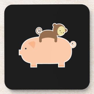 Mono del bebé que monta al revés en un cerdo posavasos de bebidas