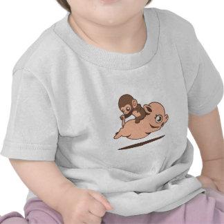Mono del bebé que va al revés en un cerdo camiseta
