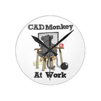 Mono del cad en el trabajo reloj redondo mediano
