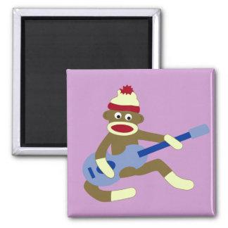 Mono del calcetín que toca la guitarra azul imán cuadrado