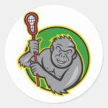 Mono del gorila con el dibujo animado del palillo  etiqueta redonda