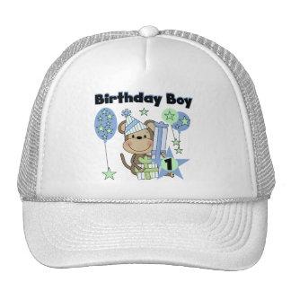 Mono del muchacho con el 1r cumpleaños de los rega gorras