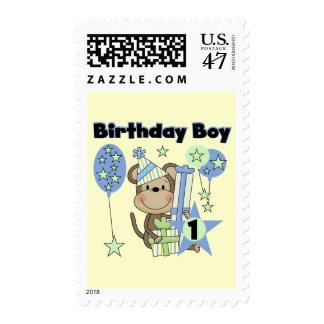 Mono del muchacho con el 1r cumpleaños de los timbres postales
