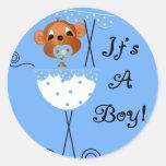 Mono del muchacho en carro es tarjetas de un pegatina redonda