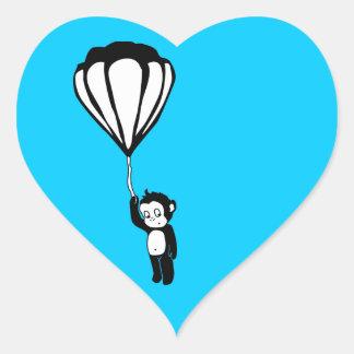 mono del vuelo: globo del aire caliente pegatina en forma de corazón