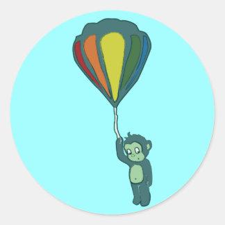 mono del vuelo: globo del aire caliente pegatina redonda
