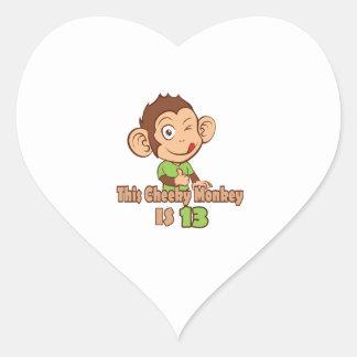 Mono divertido cumpleaños de 13 años pegatina en forma de corazón