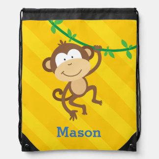 Mono divertido en la mochila del lazo de la selva