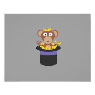 mono dulce con los plátanos en gorra fotografía