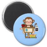 Mono en la escuela que se sienta en el escritorio imanes