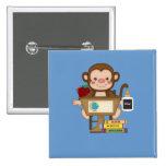 Mono en la escuela que se sienta en el escritorio pins