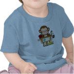 Mono en la escuela que se sienta en el escritorio camiseta