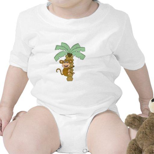 mono en la palmera camiseta